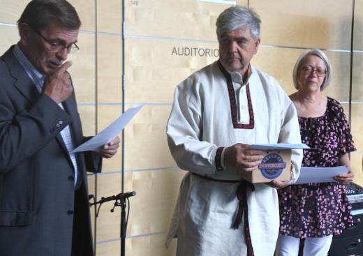 Juha Junnonen sai Leader-työn sankarin kunniakirjan ja järviroihun yhdistyksen toiminnanjohtaja Sirpa Onttiselta ja puheemjohtaja Heikki Asikaiselta.