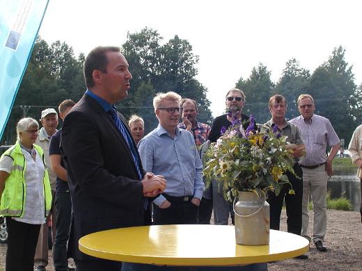 Tilaisuuden avasi kunnanjohtaja Jussi Stoor. Kunta rakentaa paikalle laavun ja on jo rakentanut lammen ympärille valaistuksen.