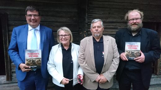 Eduskunnan varapuhemies Arto Satonen vieraili Lemillä JR1:stä kertovan kirjan julkistamistilaisuudessa. Heli Pystynen-Gestranius, Johnny Gestranius sekä kirjailija Petri Pietiläinen (vas) kokosivat pääosan kirjan haastattelumateriaalista kesän 2016 aikana.