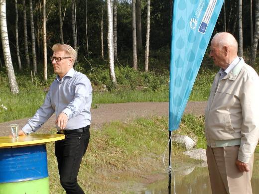 Tiilikainen (vasl.) kertoi kosteikkojen merkityksestä. vesiensuojelussa. Kosteikon alullepanija Aarno Parkkola kuunteli tyytyväisenä.