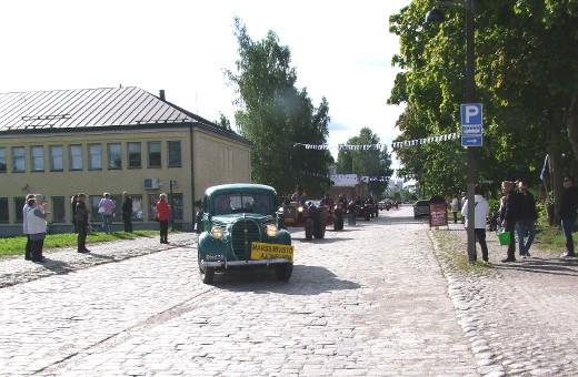 Traktorit saapumassa Linnoitukseen.