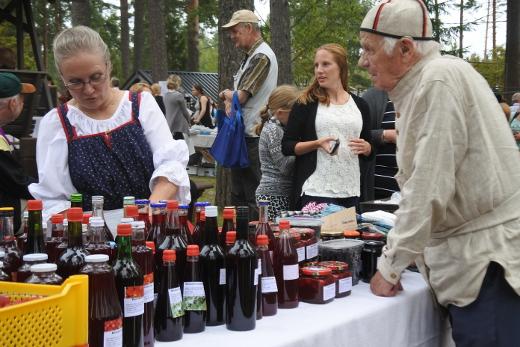 Kesän värikäs ja maukas sato teki kauppansa. Heli Sairasen marja- ja mehuosastolla asiakkaana Matti Maunu.