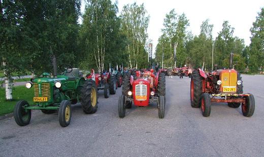 Kuvassa Lemin ja Lennuksen traktoreita kokoontuneena Lemin kirkolle ennen tapahtumaa.