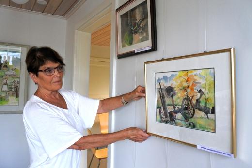 Nyt tiistaina hän ripusti 77 maalaustaan Lemin Vanhan pappilan yläkertaan.
