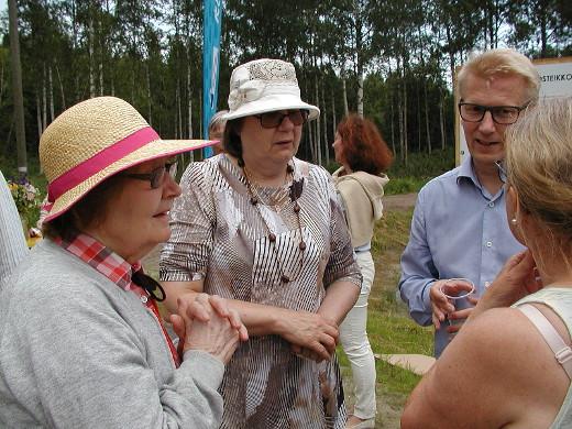 Kimmo Tiilikaisella riitti tapahtumassa juttuseuraa. Tarinoimassa ministerin kanssa Ritva Haiko (vas.), Maija Tapanainen ja Eija Sinkko (selin).