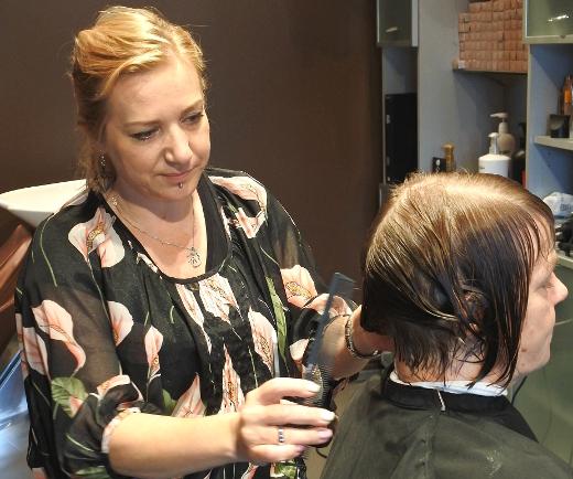 Anne Holopaisen asiakkaana kuvassa Liisa Vainikka.