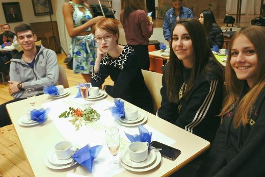 Depina Lingnou (oik.), Pierina Doko, Aino Korhonen ja Harris Papanikolaoy åäättivät muiden nuorten lailla viikon läksiäisjuhliin.