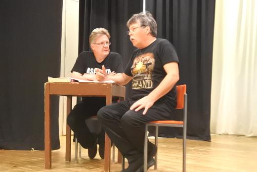 Hannu Hovi (vas.) Reinikaisena ja Pentti Kauppi Göran Grönblomina maanantai-illan harjoituksissa.