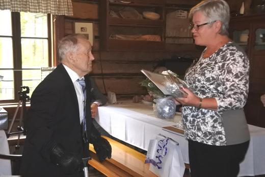 Kunnan onnittelut toi vapaa-aikasihteeri Sirkka Liljander.