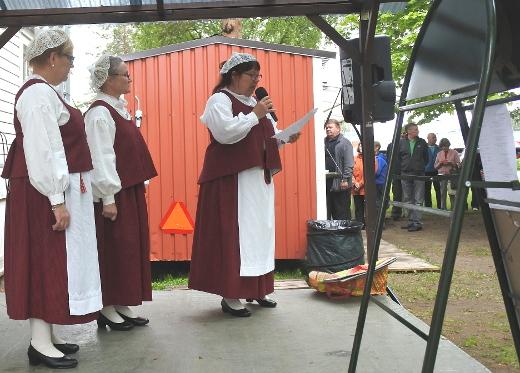 Kesäkuussa Lemillä vietettiin Säkkijärvi-juhlaa. Säkkijärven puku tuli tutuksi torikansalle.