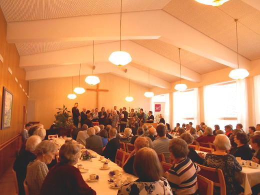 seurakuntakotikin täyttyi ääriään myöten onnittelijoista ja juhlijoista.