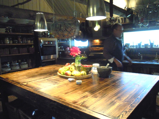 Tässä keittiossä kuvattiin aikoinaan monta ruokaohjelmaa keittiöön. Kokki Albert laittoi nyt lounasta muiden muassa amerikkalaisille ja ranskalaisille turisteille.