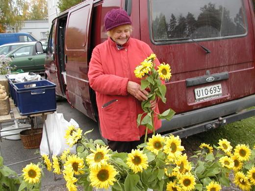 Hän myi lauantaina muun muassa auringonkukkia.