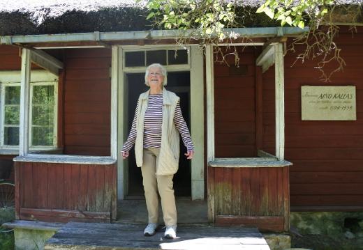 Kirjailija Aino Kallaksen kesäpaikka toimii myös museona. Rappusilla Eeva Pekari.
