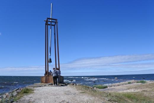 Tahkuna Hiidenmaan pohjoiskärjessä on Viron paikkakunnista lähinnä Estonian uppoamispaikkaa. Sinne on pystytetty muistomerkki laivan mukana hukkuneille lapsille.