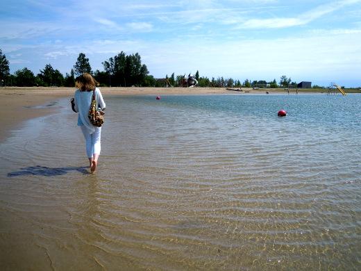 Merivesi oli lämmintä Kuressaaren hiekkarannalla.