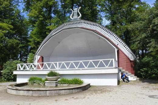 Matkalaiset yöpyivät neljä yötä Kuressaaren kaupungissa Saarenmaalla. Sielläkin on laululava.