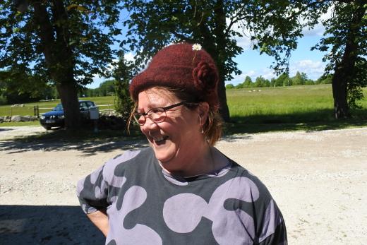 Villasta tehdään paikan päällä myös vaatteita ja päähineitä. Liisa Haiko osti hatun.