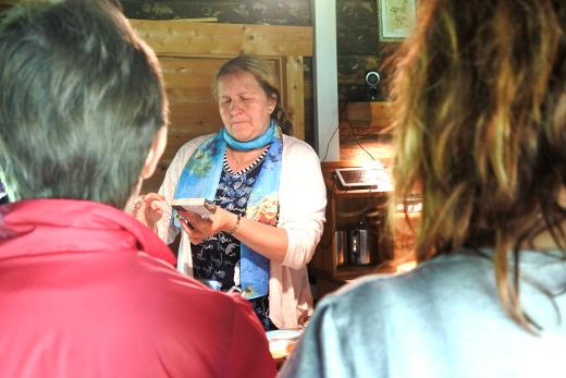 Kaarmassa Saarenmaalla retkeläiset vierailivat saippuapajassa. Opas Eve Ḱaasik kertoi saippuan valmistuksen nikseistä.
