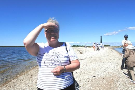 Matkan vetäjä Siru Liljander viime kesän retkellä, joka suuntautui Saarenmaalle.