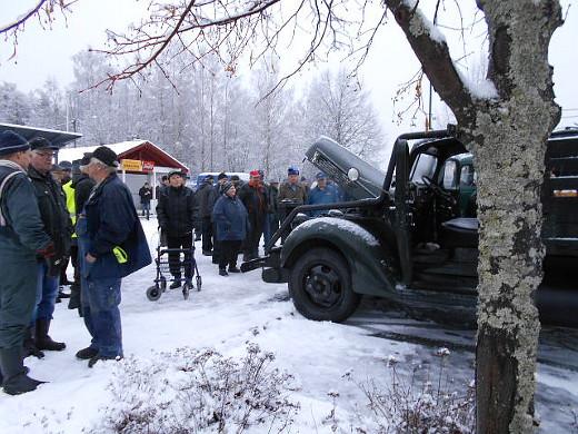 Torikin oli pukeutunut talviasuun ja saanut vieraakseen häkäpönttöautoja.