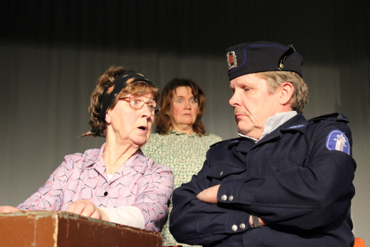 Reinikaisena nähdään Hannu Hovi, hänen äitinään Aira Grén. Marjo Rüsterillä (kesk.) on roolit sekä enkelinä että vanhainkodin asukkina. Kuva Päivi Pokkinen.