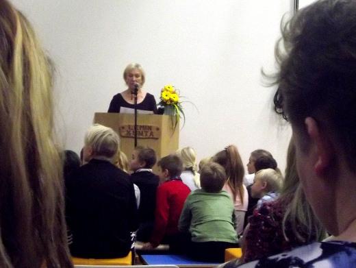 Koulutoimenjohtaja Raija Leikola luki opetusministeri Sanni Grahn-Laasosen tervehdyksen.