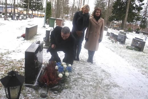 Mirja Hietamies on haudattu Lemille. Sisarukset laskivat sinivalkoisen kimpun äitinsä haudalle.