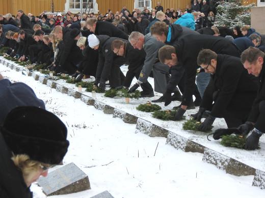 Juhlajumalanpalveluksen jälkeen kunniavartiot laskivat havuseppeleet sankarihaudoille - kaikkiaan 128 kappaletta.
