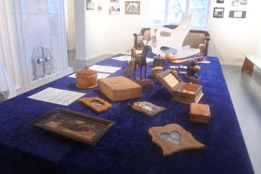 Näyttelyssä on esillä muun muassa rintamalla tehtyjä puhdetöitä.