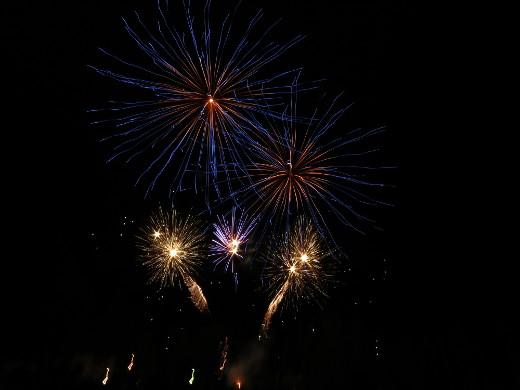 Juhlapäivä päättyi ilotulitukseen urheilukentällä. Raketit lensivät ilmaan Sibeliuksen Finlandian säestyksellä. Kuva Tarja Lindfors.