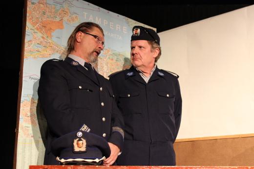 Ylikomisario Rautakallio (Kai Grén, vas,) ja konstaapeli Reinikainen (Hannu Hovi) nousevat näyttämölle vielä 25.2. ja 2.3. Kuva: Päivi Pokkinen.