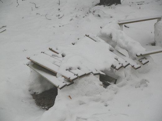 Menneiden viikkojen suojasää vesisateineen teki rumaa jälkeä itsenäisyyspäivän aikaan pystytetyssä lumilinnassa.