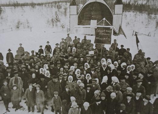 Venäläise sotilaat ja patterityöläiset juhlimassa maaliskuun vallankumousta 5.4.1917 Tapiolan pihassa. Kuva Lemin pitäjänhistoria/Maila Klemi.