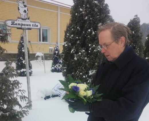 Kukkia laskemassa yhdistyksen puheenjohtaja Pentti Pylkkö.