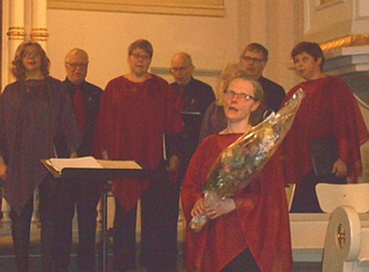Seija Tapanainen yhtyi kukituksen itsekin kuoron lauluun.
