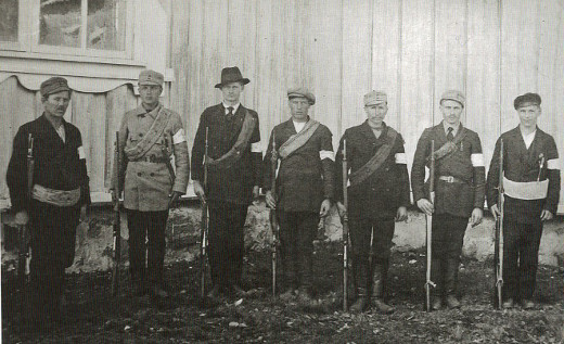 Lemin suojeluskuntalaisia kirkon seinustalla keväällä 1918. Kuva Lemin pitäjänhistoria/Taikalyhty