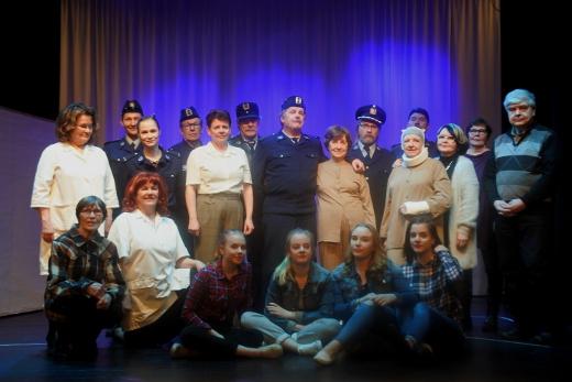 Näyttelijät ja tuotantoryhmä kokoontuivat yhteispotrettiin esityksen jälkeen.