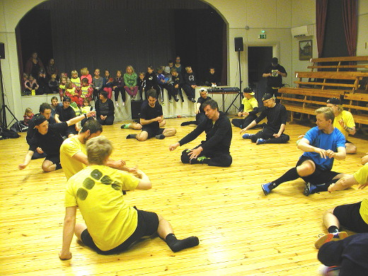 Toukokuussa joukkue kävi Tero Lehterän johdolla harjoittelemassa Lemillä. Märän nurmen takia harjoitus vedettiin Tapiolan salissa. Kuva Kaija Lankia.