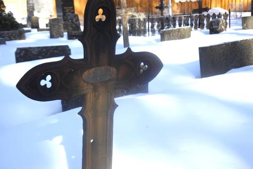 Luodinreikä vanhassa hautaristissä kertoo sadan vuoden takaisista tapahtumista.