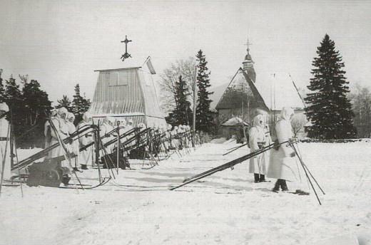 Sisällissodassa palaneen kellotapulin tilalle tehtiin väliaikainen tapuli. Suojeluskunnan harjoituksia sen luona 1920-luvulla kuvatussa filmissä. Kuva: Lemin pitäjänhistoria/Taikalyhty.