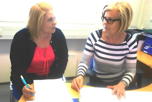 Vuokko Pekkanen (vas.) on perehtynyt tehtäviinsä Paula Heiskasen opastamana.