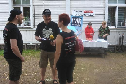 Juha Junnonen haastatteli Kotiseuturatioon Kontumetalin Janne Huusaria ja Jenni Brownia, Leena Uski ja Eija Vakkila myivät lippuja musiikkijuhlille.