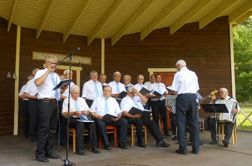 Kesäkonsertissaan Hakamäellä viime sunnuntaina kuoro esitti savitaipalelaisten sanoittamia ja säveltämiä lauluja.
