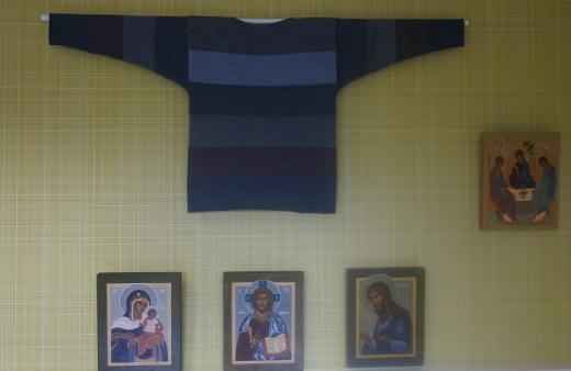 Irja Olkkonen on neulonut paitoja villasta ja pellavasta, Helvi Hakala on maalannut ikoneita.