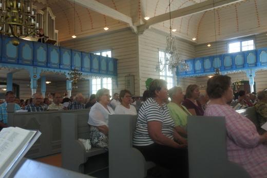 Sunnuntain musiikillisessa jumalanpalveluksessa kirkkokansa pääsi veisaamaan neliäänisesti.