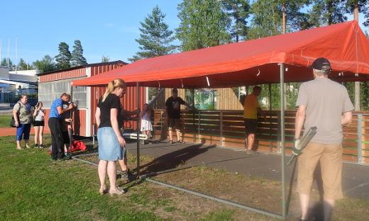 Torivaunu ja muut kalusteet siirrettiin urheilukentän laitaan tiistai-iltana.