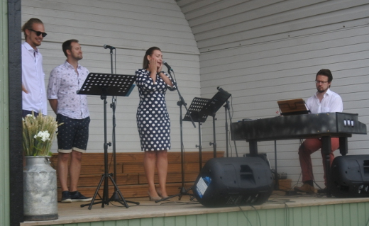 Jukka Nykäsen säestyksellä he esittivät muun muassa vanhan lastenlauluhitin Mikki Hiiri merihädässä.