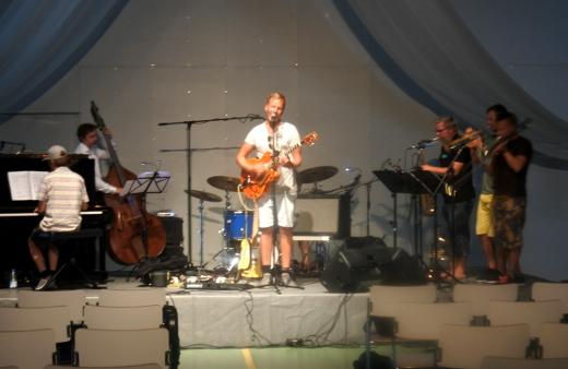 Juhlat päättyivät Osmo Ikonen Swings -viihdekonserttiin. Kuva harjoituksista. Konsertin yhtye veti mustissan puvuissa rusetit kaulassa.