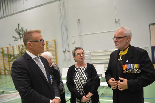 Juhlapuheen piti kenttäpiispa emeritus Hannu Niskanen (oik-), joka tässä juttelee kansanedustaja Jukka Kopran kanssa.
